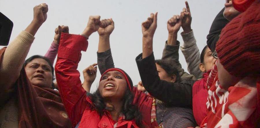 Au Bangladesh, une ouvrière du textile meurt tous les deux jours (Bastamag) dans Crise 130123-BangladeshGarmentWorkersProtest-Xinhua-01crop